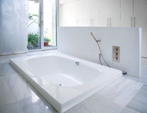 Moderne weiße Hausbadezimmerbadewanne mit Hofoberlicht stockfotografie