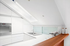 Moderne weiße Küche Stockfotografie