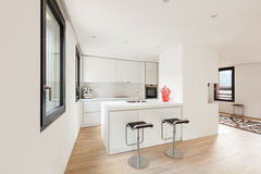 Moderne weiße Küche stockfoto
