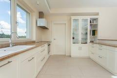 Moderne weiße Küche mit Granitoberteilen Stockfoto