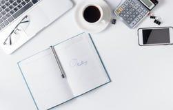 Moderne weiße Schreibtischtabelle mit Laptop Stockbilder