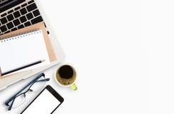Moderne weiße Schreibtischtabelle mit Laptop-Computer Stockfotografie