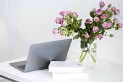 Moderne weiße Schreibtischtabelle mit Laptop und Büroartikel lizenzfreie stockbilder