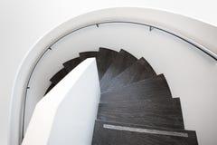 Moderne weiße Wendeltreppe stockbild