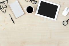 Moderne weibliche Arbeitsplatztablettenzusätze legen flach Draufsichtkopienraum stockfoto