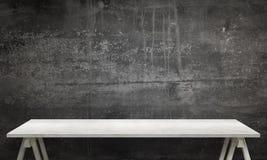 Moderne weiße Tabelle mit den Beinen und freiem Raum Schwarze Wandbeschaffenheit im Hintergrund Lizenzfreies Stockbild
