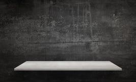 Moderne weiße Tabelle mit den Beinen und freiem Raum Schwarze Wandbeschaffenheit im Hintergrund Lizenzfreie Stockfotografie