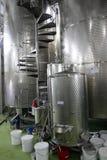 Moderne Weinkellereibehälter Stockbilder