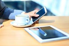 Moderne werkplaats met digitale tabletcomputer Royalty-vrije Stock Foto's