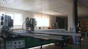Moderne Werkstatt für Produktionsplastik- und -metallfenster und Türen mit Spezialgerät des Fachmannes zeile stock video footage