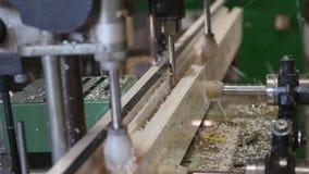 Moderne Werkstatt für Produktionsplastik- und -metallfenster und Türen mit Spezialgerät des Fachmannes zeile stock footage