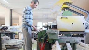 Moderne Werkstatt für Produktionsplastik- und -metallfenster und Türen mit Spezialgerät des Fachmannes zeile stock video