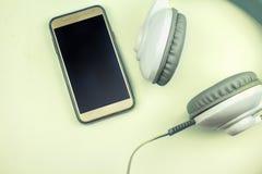 Moderne Werkzeuge der elektronischen Kommunikation auf einem Bretterboden Abbildung der roten Lilie Stockbild