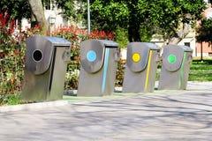 Moderne Wertstofftonnen auf der Stadtstraße Lizenzfreies Stockfoto