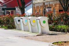 Moderne Wertstofftonnen auf der Stadtstraße Stockfotos