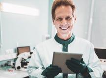 Moderne wetenschapper die gelukkig na chemische analyse voelen stock afbeeldingen