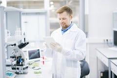 Moderne Wetenschapper in Laboratorium stock afbeelding