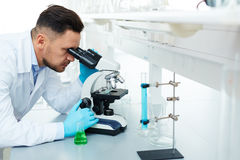 Moderne Wetenschapper Using Microscope in Laboratorium royalty-vrije stock foto's