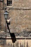 Moderne Widersprüche, unordentliche Fassade der alten Kirche Stockbilder