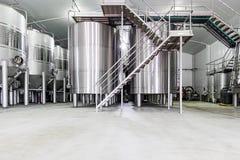 Moderne wijnkelder met roestvrij staaltanks Stock Afbeelding