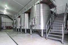 Moderne wijnkelder met roestvrij staaltanks Stock Foto