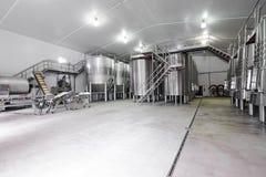 Moderne wijnkelder met roestvrij staaltanks Stock Fotografie