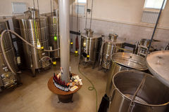 Moderne wijnmakerij met wijnvaten stock afbeeldingen