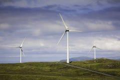 Moderne Windmühlen auf einem grünen Hügel Lizenzfreies Stockbild
