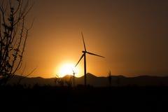Moderne Windmühlen-Turbinen-oder Wind-Energie im Sonnenuntergang Lizenzfreies Stockfoto