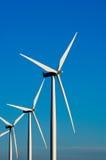 Moderne Windturbinen oder -tausendstel, die Energie bereitstellen Stockfotografie