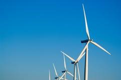 Moderne Windturbinen oder -tausendstel, die Energie bereitstellen Stockfoto