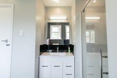 Moderne Witte Flatbadkamers stock fotografie