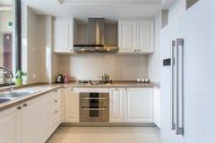 Moderne witte grote keuken stock foto