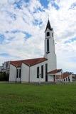 Moderne witte kerk op een bewolkte de zomerdag stock foto's