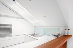 Moderne witte keuken Stock Fotografie