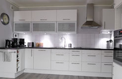 Moderne witte keuken Royalty-vrije Stock Afbeelding
