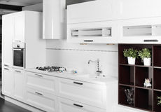 Moderne witte keuken met modieus meubilair Royalty-vrije Stock Foto's