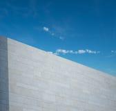 Moderne Witte muur tegen Blauwe hemel Royalty-vrije Stock Afbeeldingen