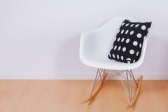 Moderne witte schommelstoel en muur Stock Afbeeldingen