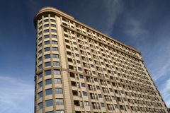 Moderne Wohngebäudeäußere gegen einen blauen Himmel mit clou Stockbilder
