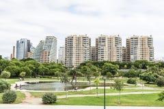 Moderne Wohngebäude neben einem Park, Spanien Stockfotografie