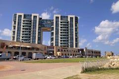 Moderne Wohngebäude und Arenaeinkaufszentrum auf Promenade Lizenzfreie Stockbilder