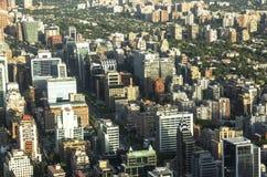 Moderne Wohngebäude und Ebenen in im Stadtzentrum gelegenem Santiago, Chile Stockbild