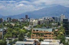 Moderne Wohngebäude und Ebenen in im Stadtzentrum gelegenem Santiago, Chile Stockfotos