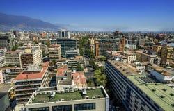 Moderne Wohngebäude und Ebenen in im Stadtzentrum gelegenem Santiago, Chile Lizenzfreie Stockfotografie