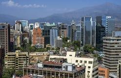 Moderne Wohngebäude und Ebenen in im Stadtzentrum gelegenem Santiago, Chile Lizenzfreie Stockbilder