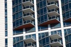 Moderne Wohnungs-Eigentumswohnungs-Gebäude-Patios Stockfotografie