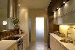 Moderne Wohnungs-Küche Stockfoto