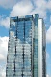 Moderne wolkenkrabber die op de hemel wijst Stock Foto