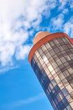 Moderne wolkenkrabber met een unieke ronde vorm, bewolkte hemelachtergrond, exemplaarruimte royalty-vrije stock foto